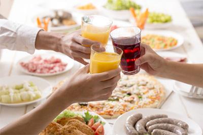 家族そろって、美味しいお酒とそれにぴったりなオードブルおせちを楽しむ?。
