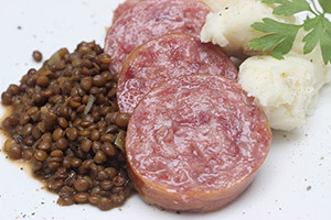 イタリア:コテキーノまたはザンポーネのレンズ豆添え